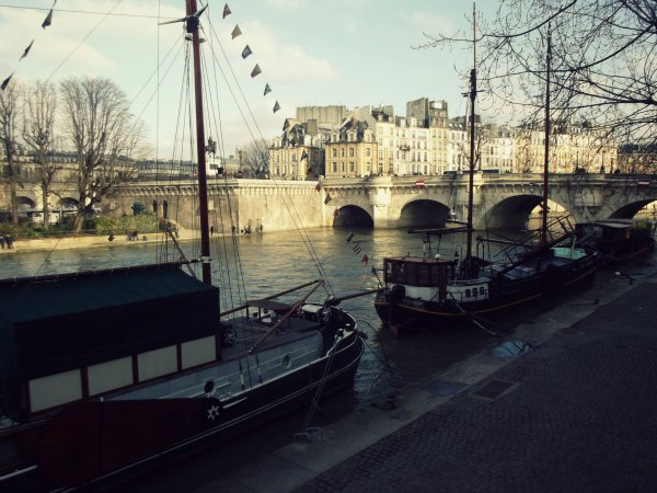 Набережная вдоль Сены